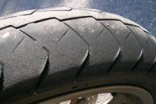 Jakie są przyczyny ząbkowania i nieregularnego zużycia opon motocyklowych?
